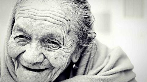 Das wunderschöne Lächeln einer Alten Dame.